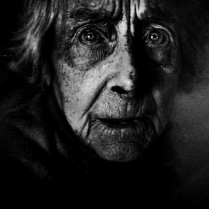 Lee_Jeffries_vieille_femme_inquiete